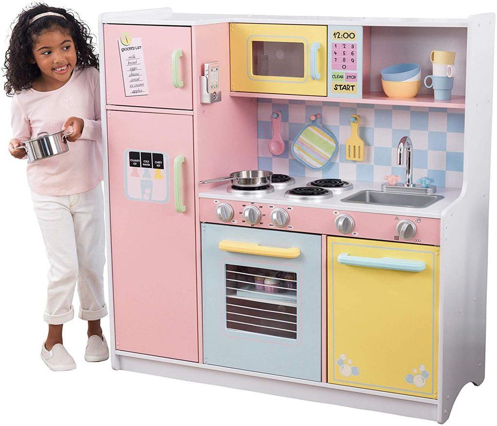 Cette cuisine en bois pour enfant est multicolore.