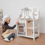 La cuisine en bois jouet New Classic Toys existe en plusieurs coloris.