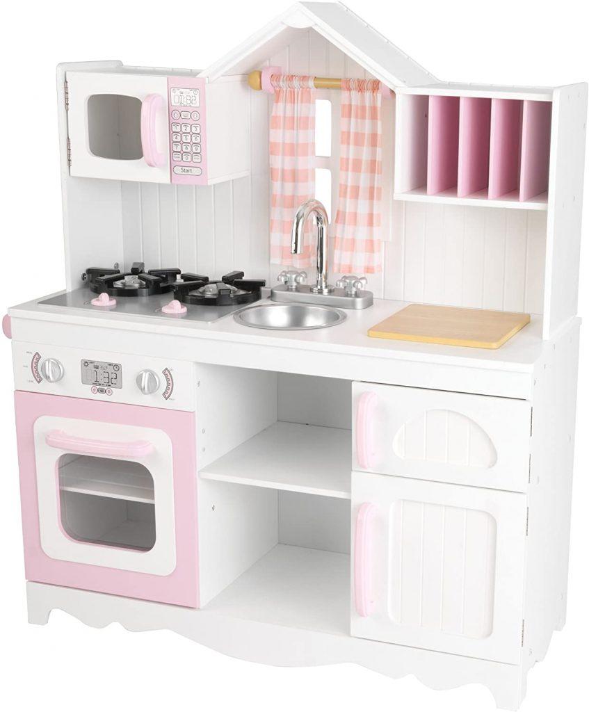 La cuisine enfant en bois Modern Country possède une petite fenêtre avec un rideau à carreaux.