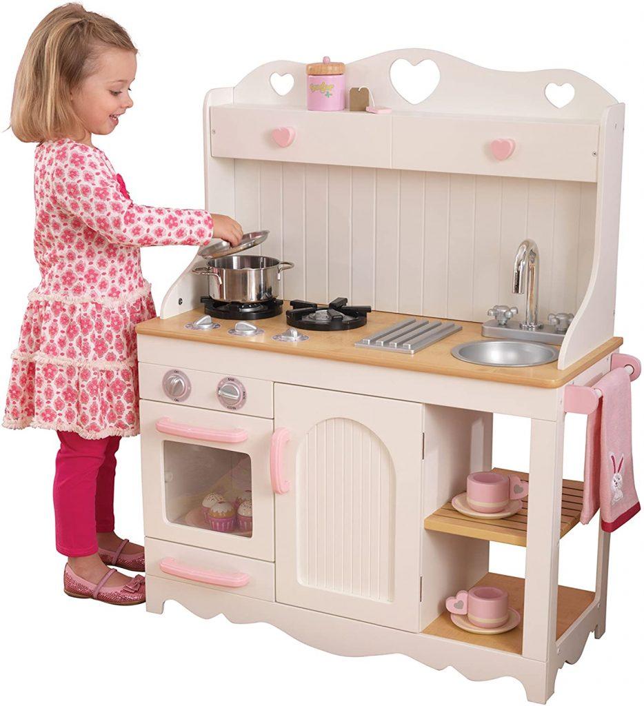 Cette cuisine en bois jouet Prairie a un design très rustique.