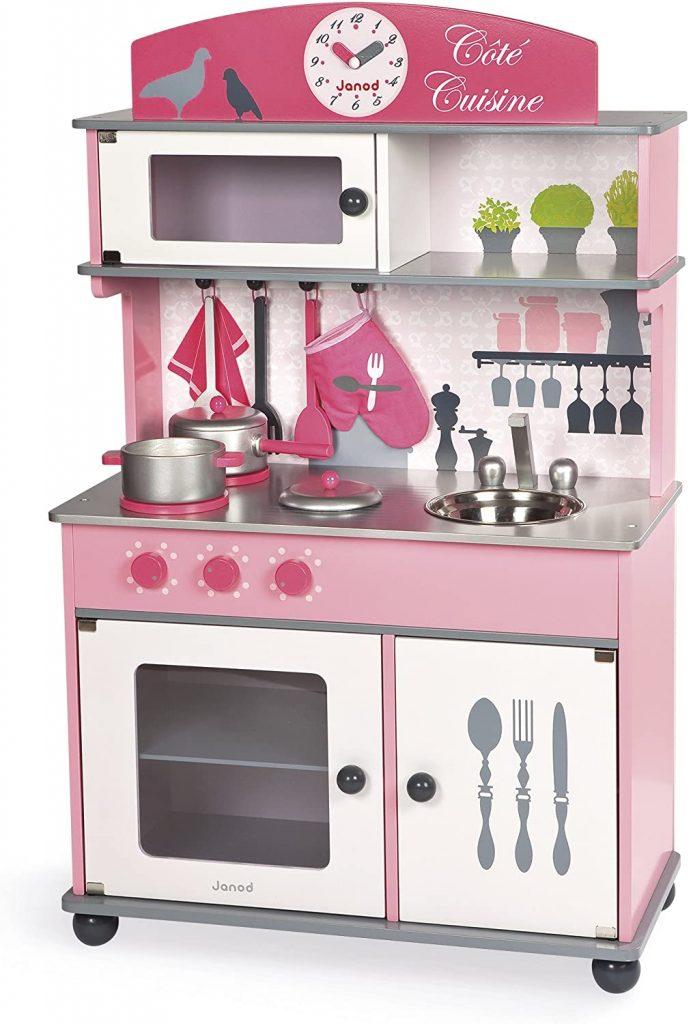 """La cuisine enfant Janod """"Côté cuisine"""" est livrée avec des accessoires."""