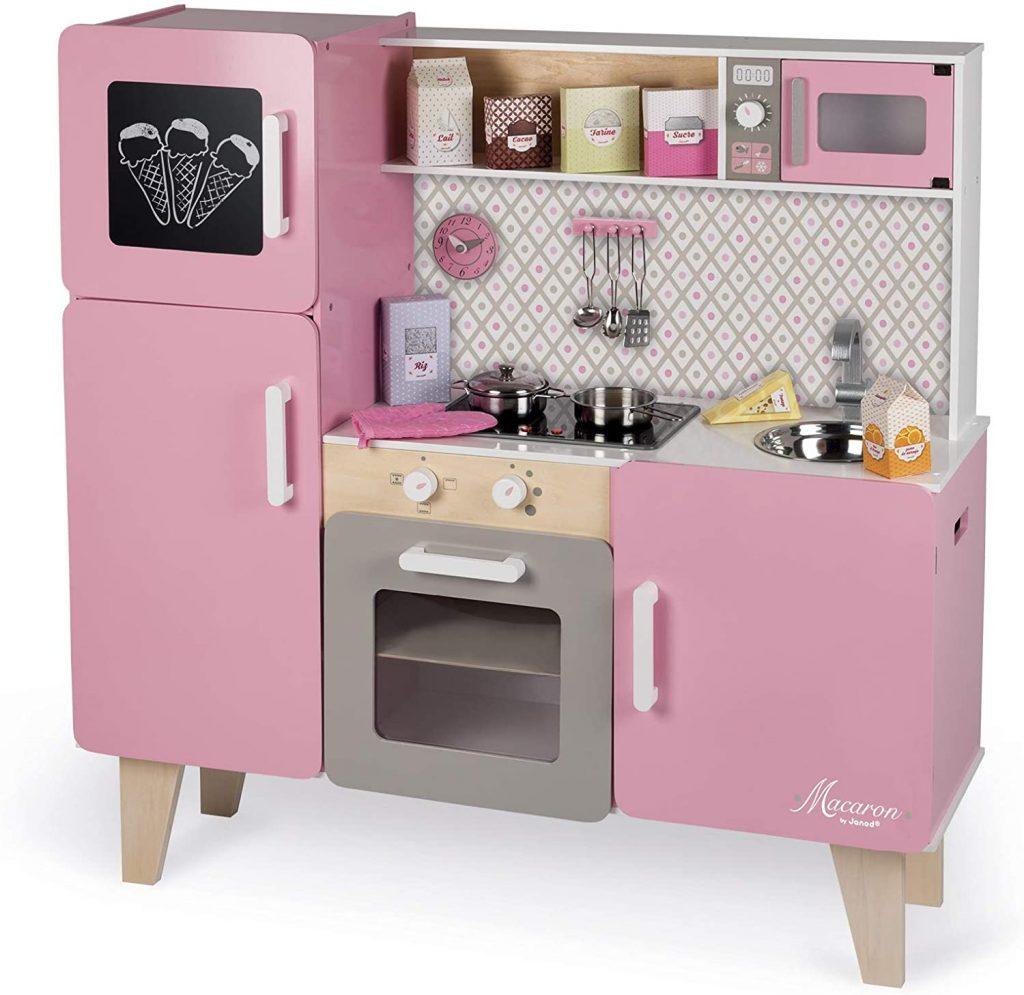 Cette maxi cuisine Janod Macaron possède un frigo.