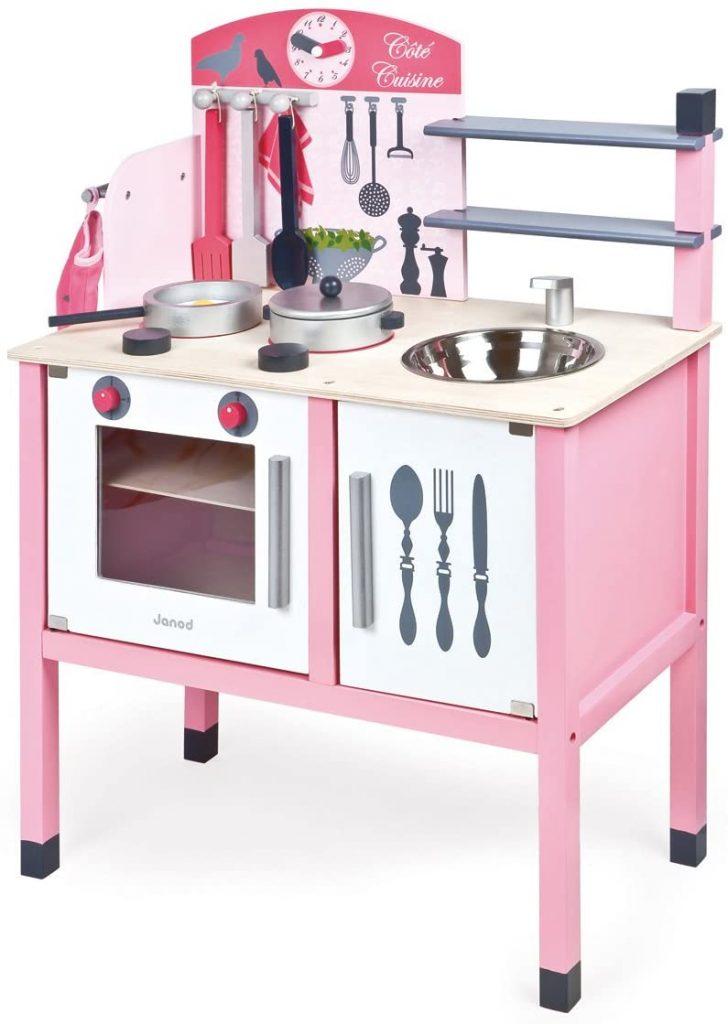 Le modèle Maxi cuisine Janod Mademoiselle a un plan de travail de 50 cm de haut.