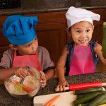 Le tablier de cuisine enfant permet d'éviter les tâches sur les vêtements de votre kid.