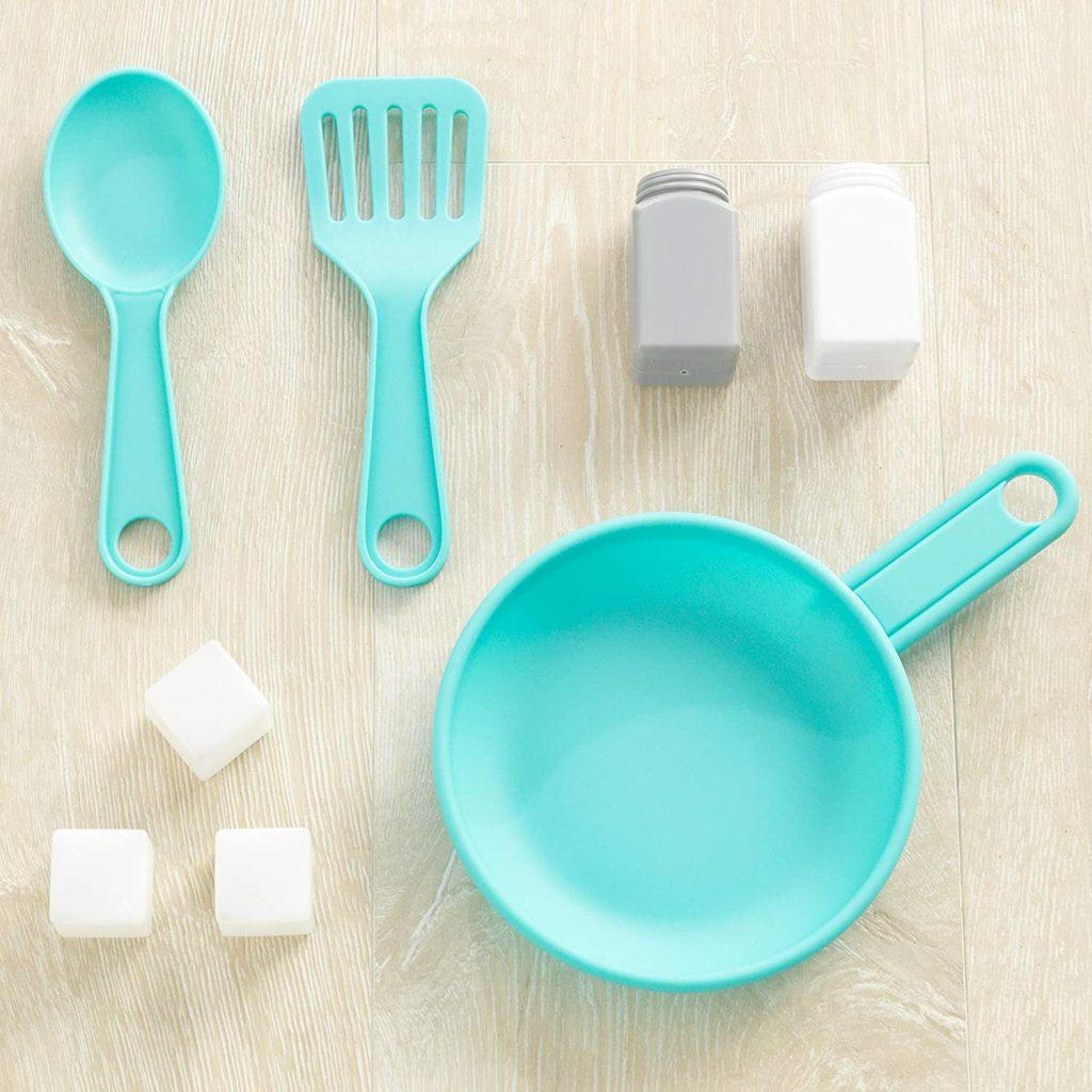 La cuisine Countryside de Kdkraft inclut quelques accessoires en plastique.