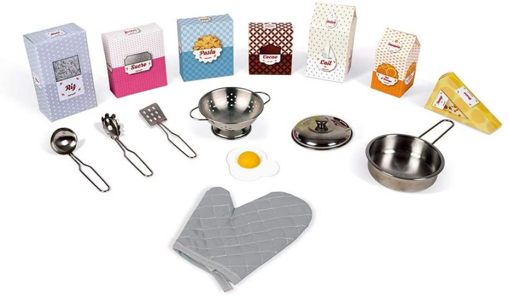 La maxi cuisine Janod Lagoon est livrée avec plusieurs accessoires de cuisine.