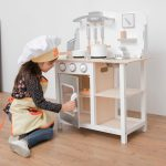 Cette cuisine en bois enfant est confectionnée par la marque New Classic Toys.