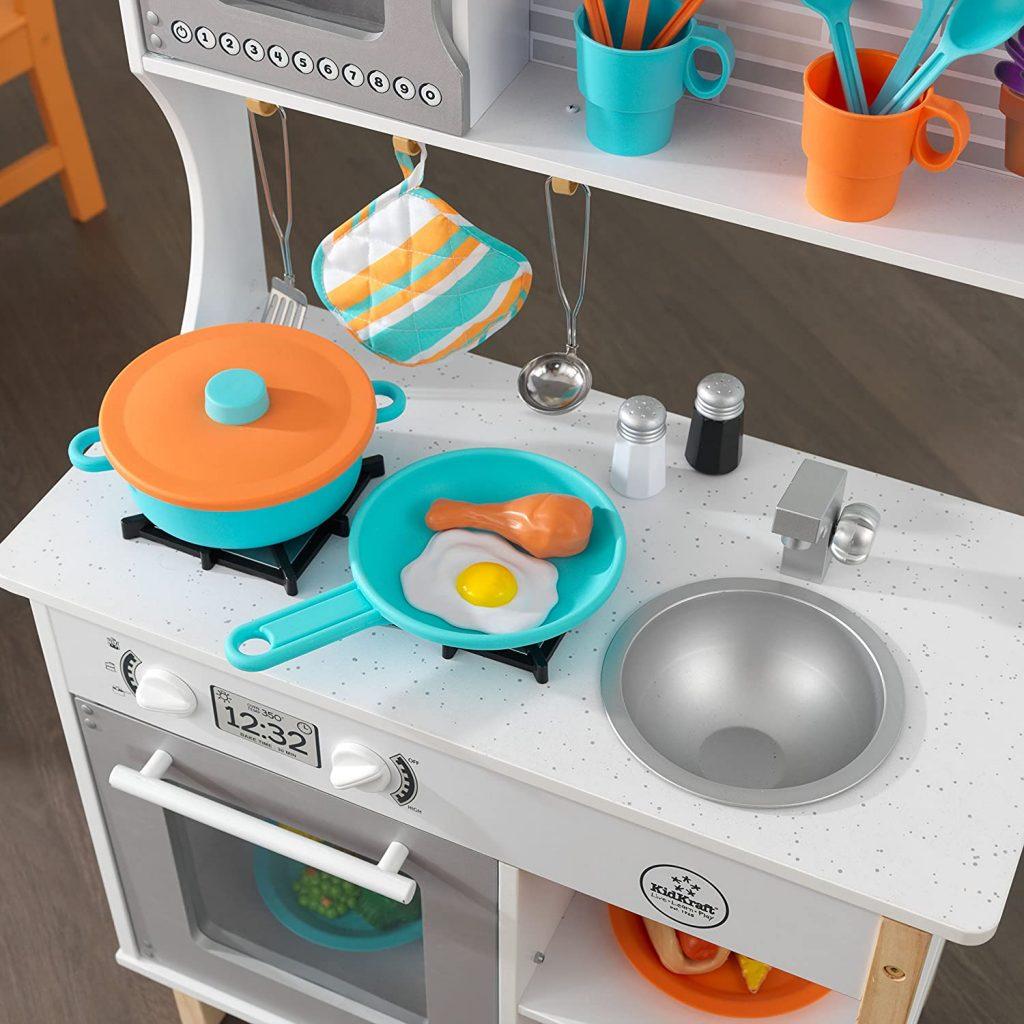 Cette cuisine en bois Kidkraft possède 38 accessoires.