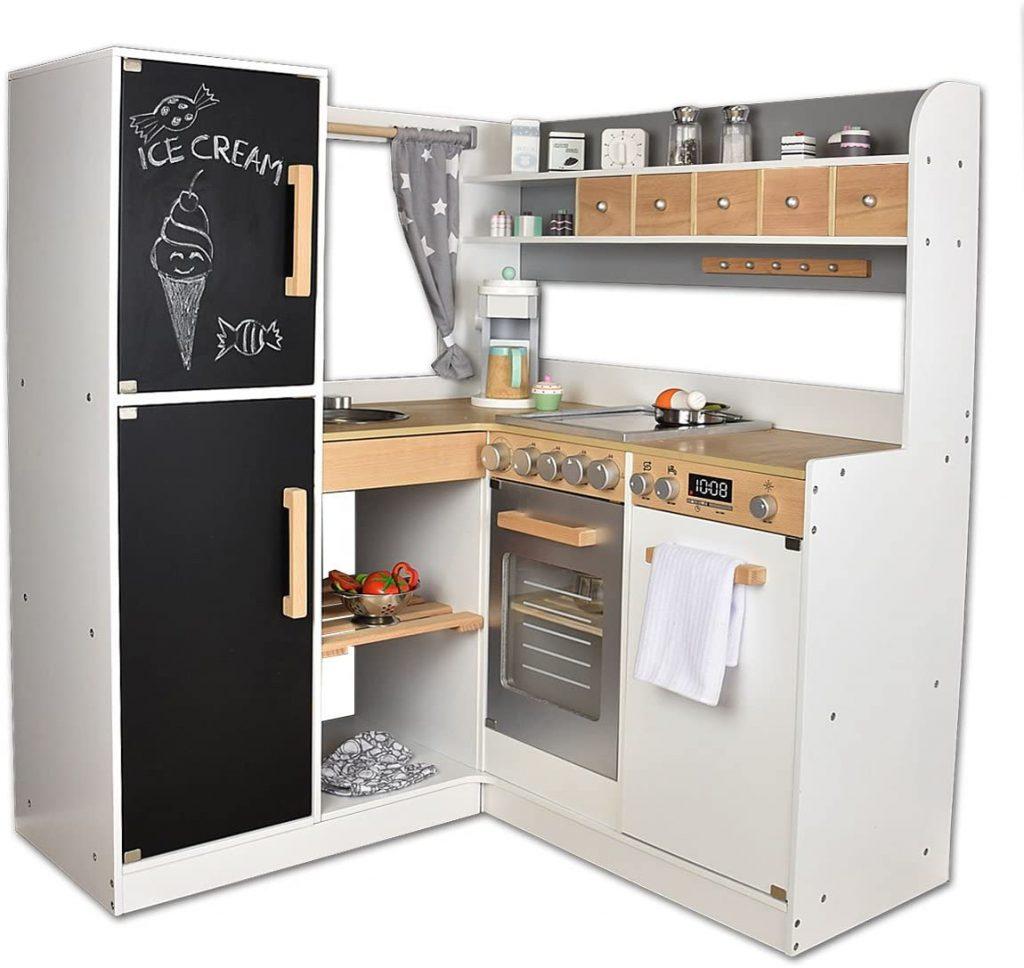 Cette cuisine enfant en bois possède 2 portes qui font office de tableau pour écrire à la craie.