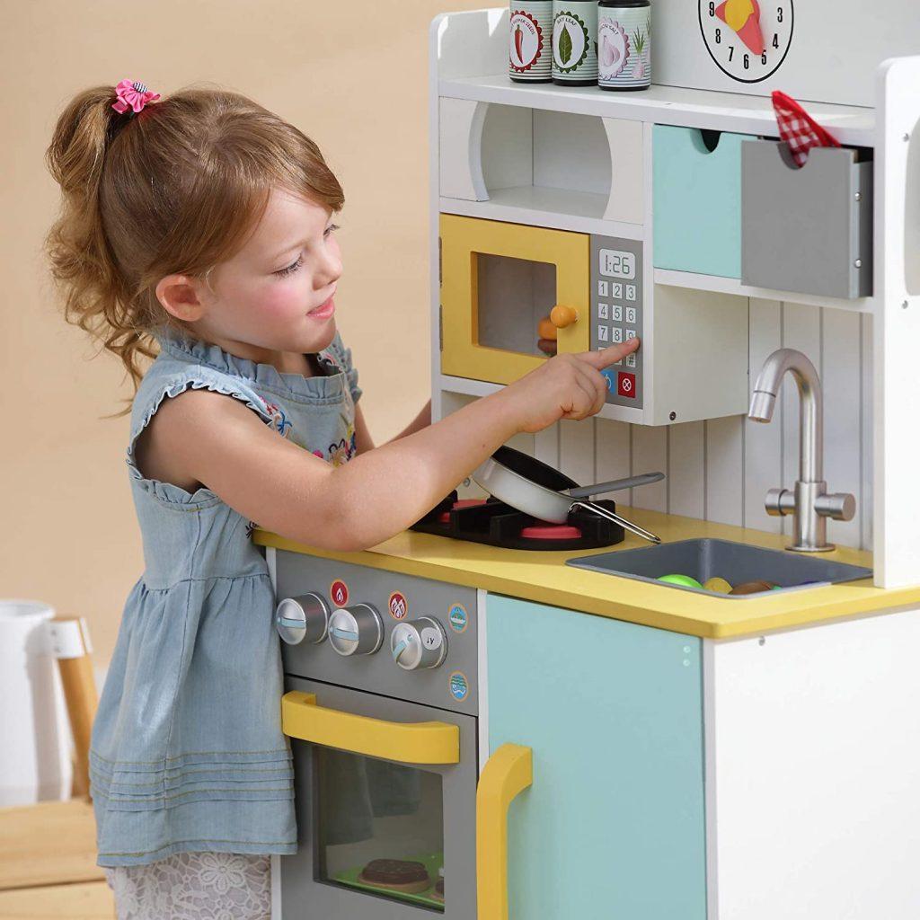 La cuisine enfant Teamson Kids dispose d'un micro-ondes.