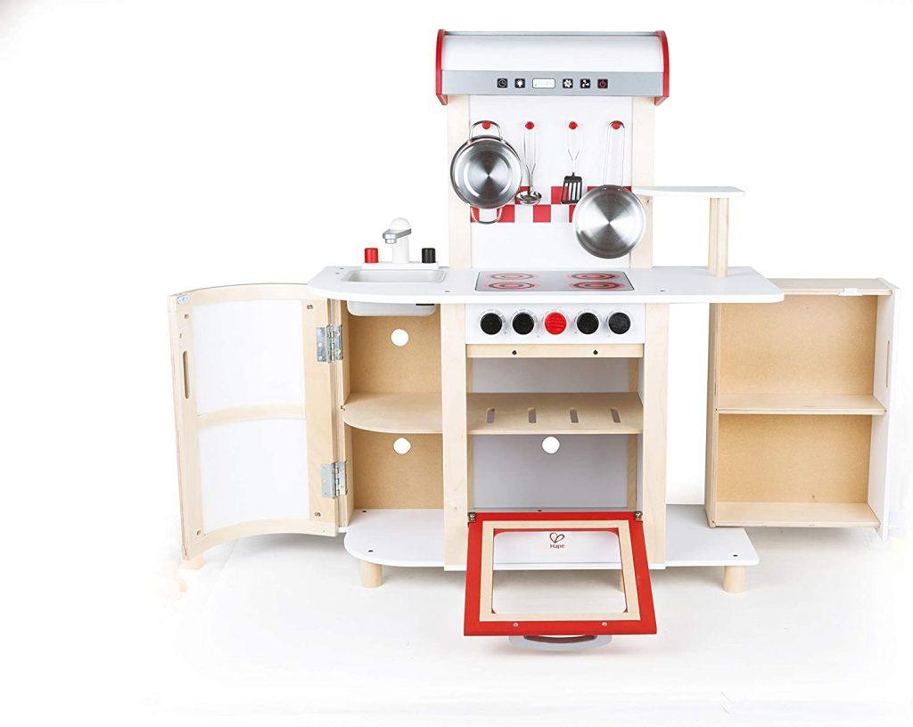 Cette cuisine Hape en bois est un jeu d'imitation pour enfant.