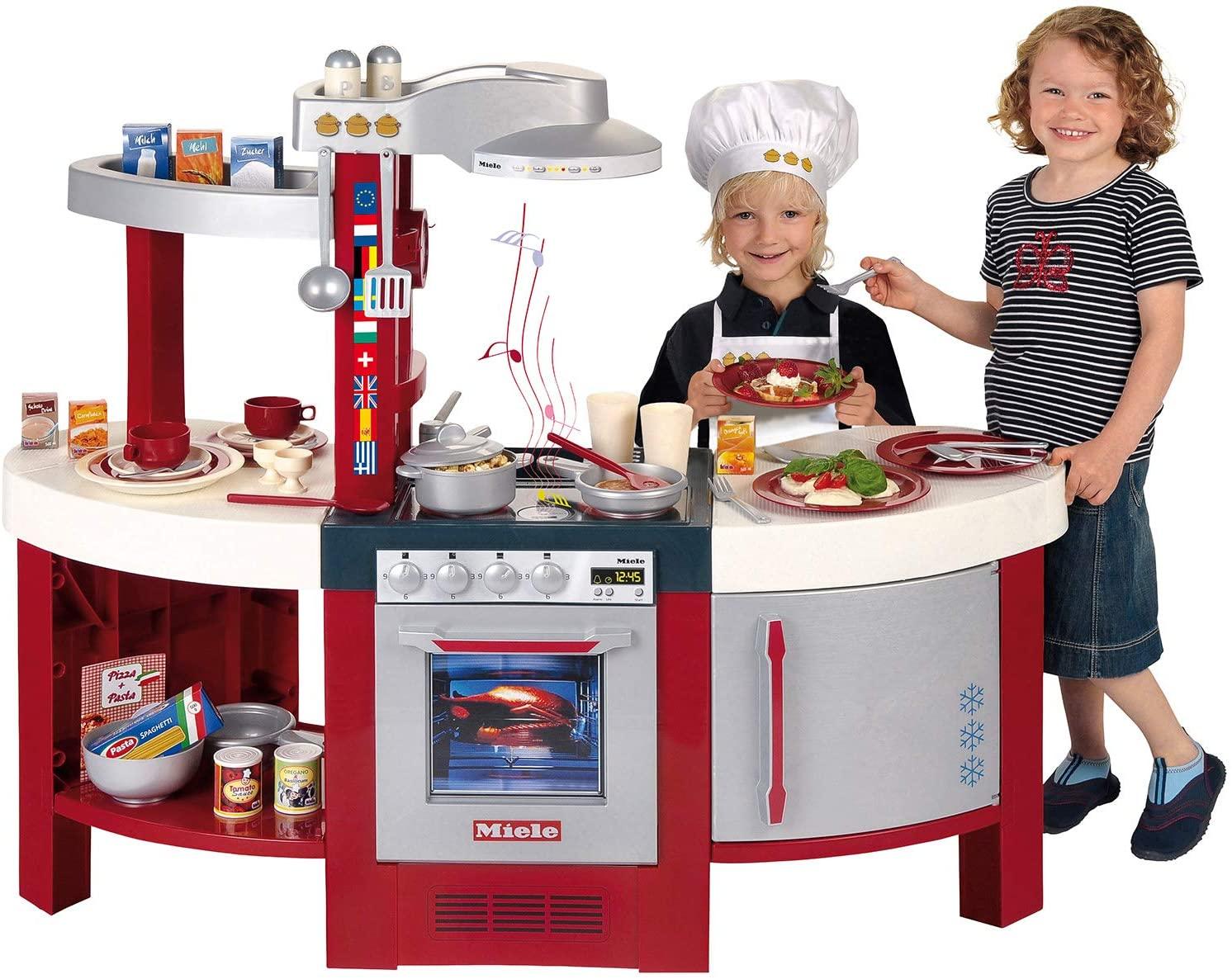 La cuisine jouet Klein Miele Gourmet Internatinal a plusieurs espaces de rangements.