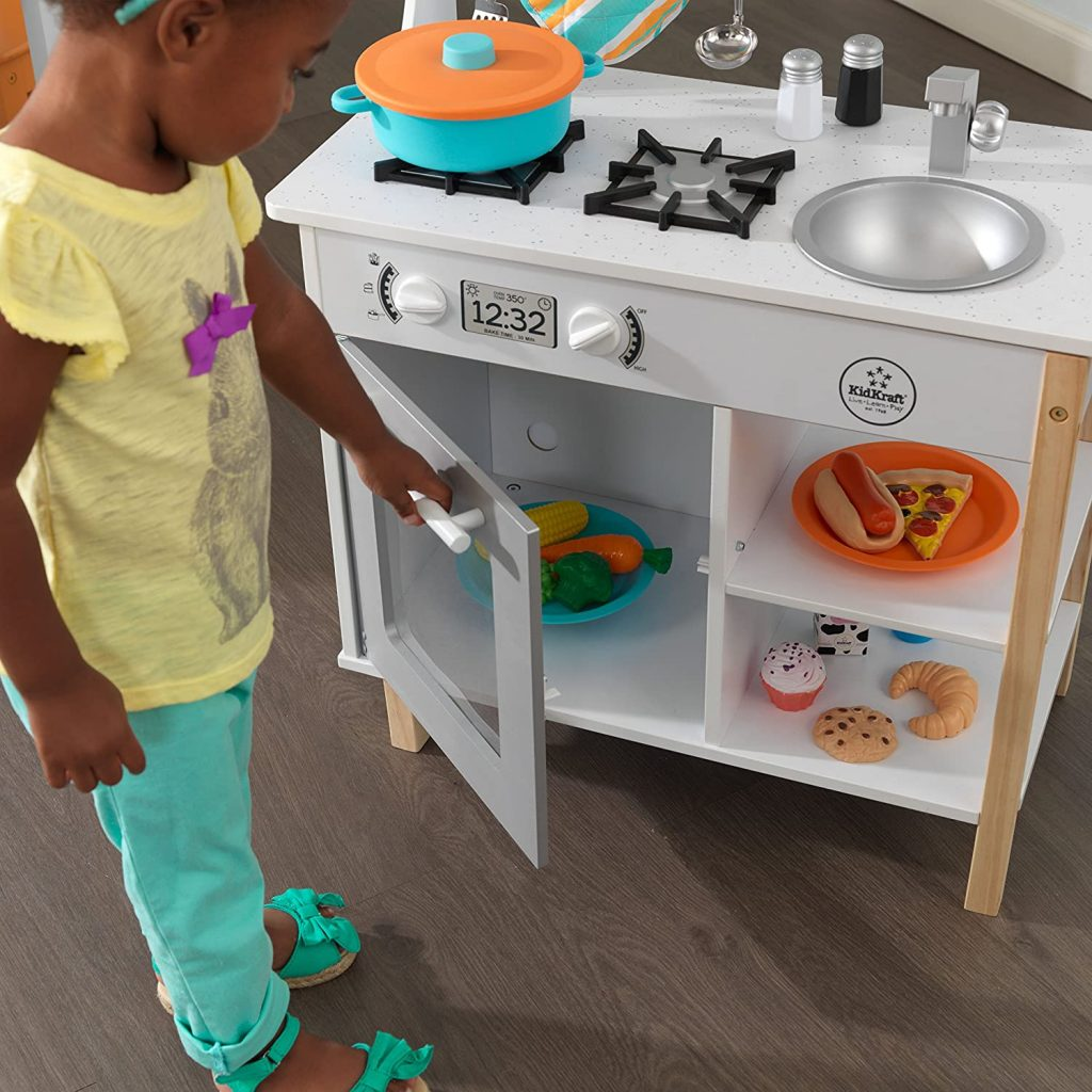 La cuisine Kidkraft All Time Play a un faux four .