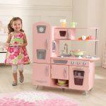 Cette cuisine Kidkraft Vintage est de couleur rose.