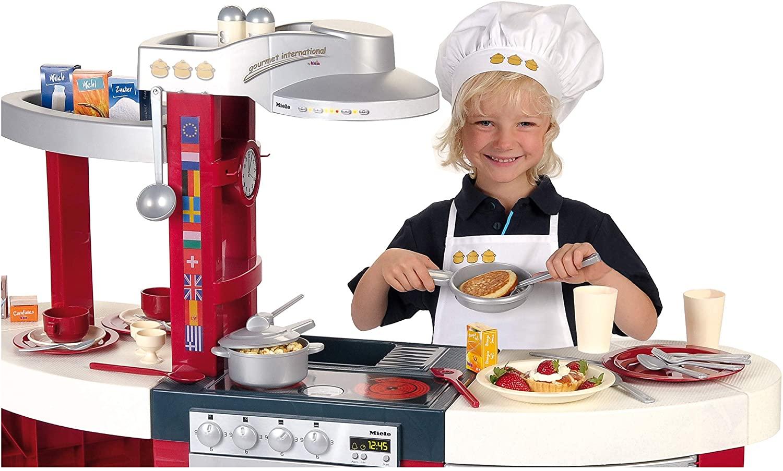 Cette cuisine Klein pour enfant a une hotte aspirante.