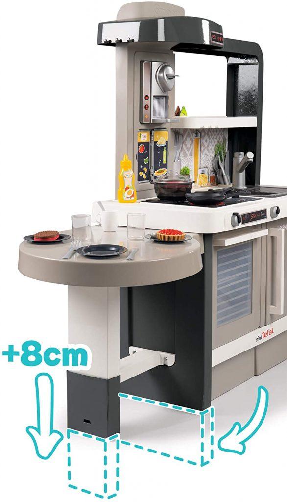 La hauteur du plan de travail de la cuisine Smoby Tefal peut passer de 50 à 58 cm.