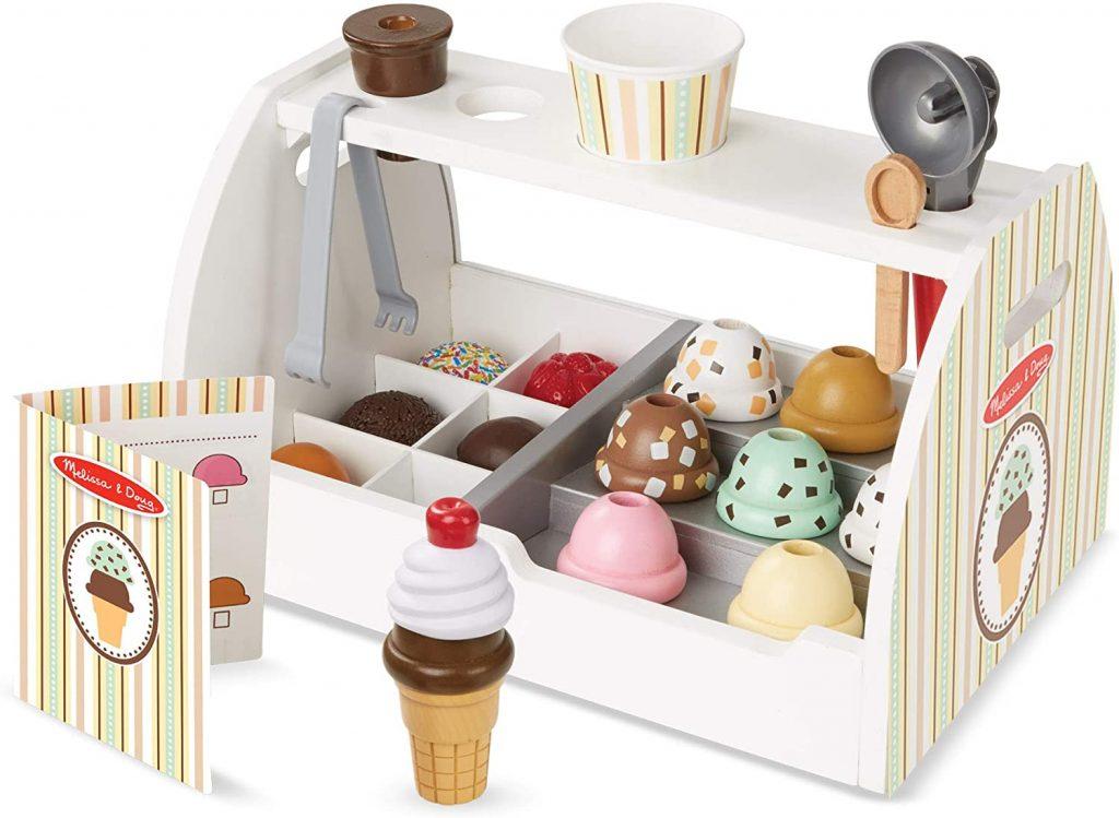 Avec ce jeu marchand de glace, votre enfant va pouvoir s'imaginer faire de beaux cornets à ses amis !