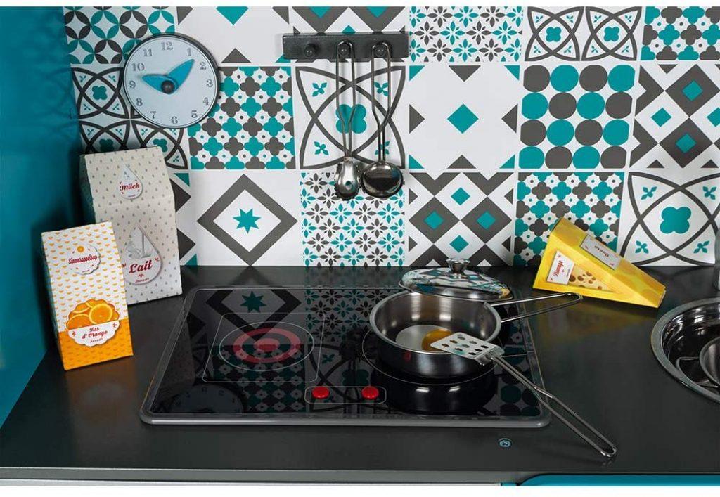 La maxi cuisine Janod Lagoon a des plaques de cuisson qui s'allument.
