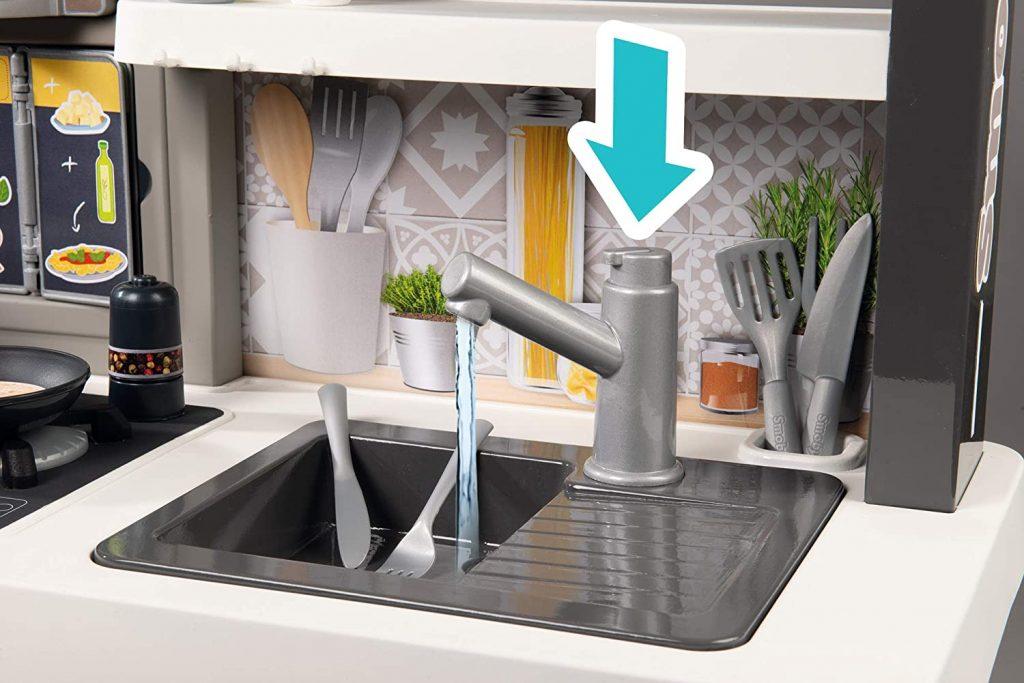 Le robinet de la cuisine Smoby Tefal évolutive peut couler comme un vrai.