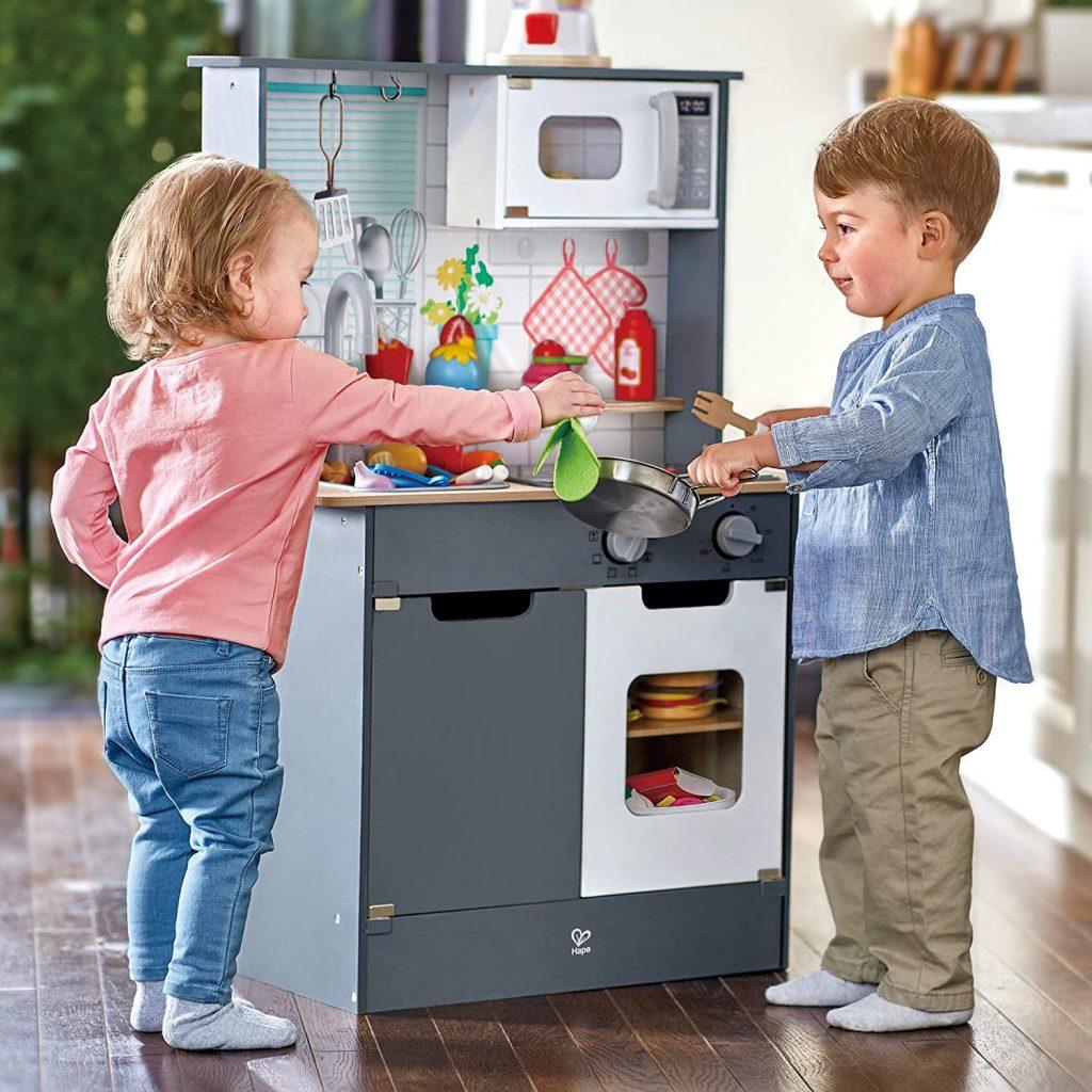 Cette cuisine en bois jouet Hape est un jeu d'imitation pour enfant.