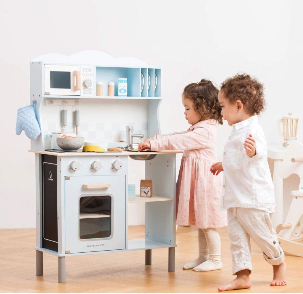 La cuisine en bois jouet New Classic Toys fait 100 cm de haut.