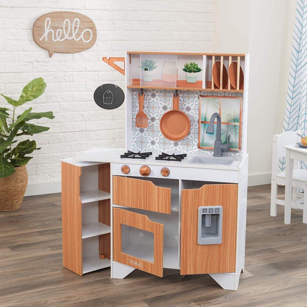 La cuisine enfant Kidkraft Taverna a 4 accessoires fournis.