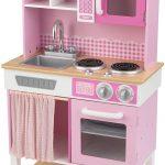 Cette cuisine Kidkraft rose se prénomme Home Cookin.