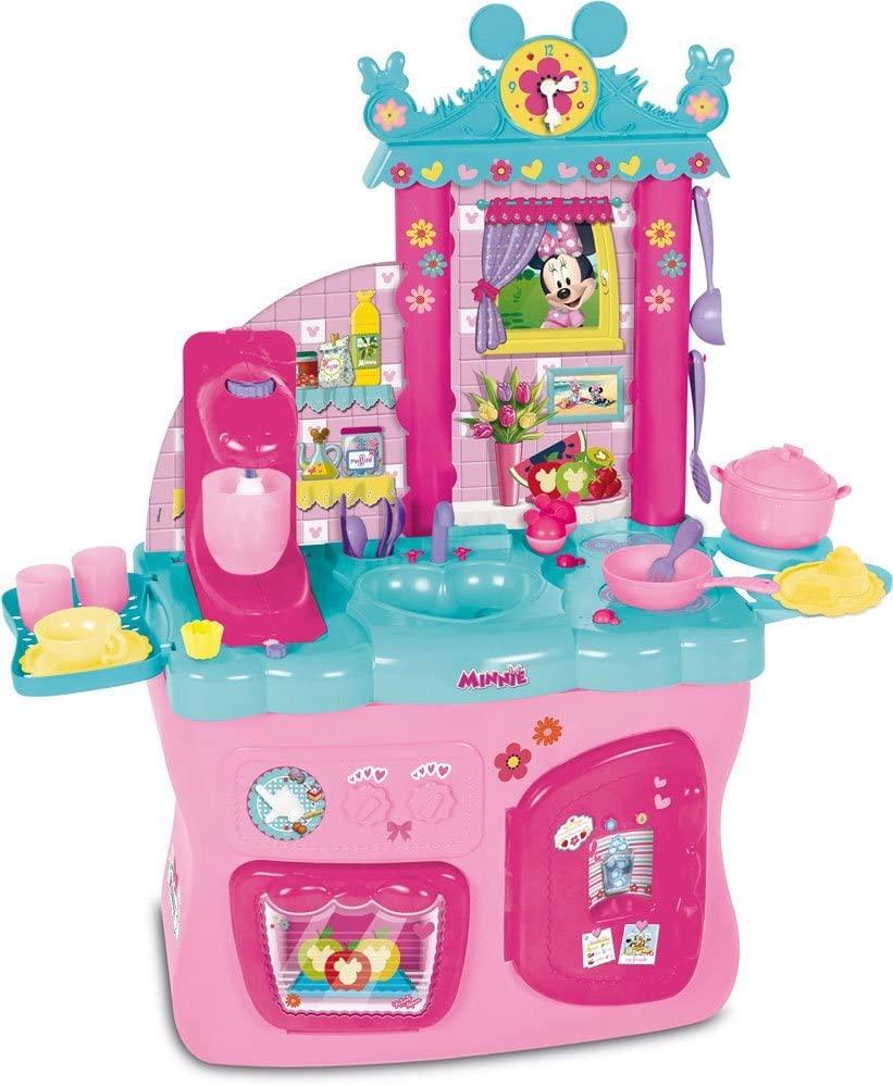 La cuisine Minnie est de couleur rose et bleue.
