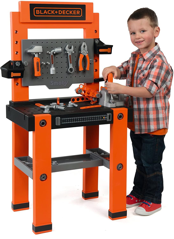 Cet établi Smoby Black et Decker jouet comprend 79 accessoires.