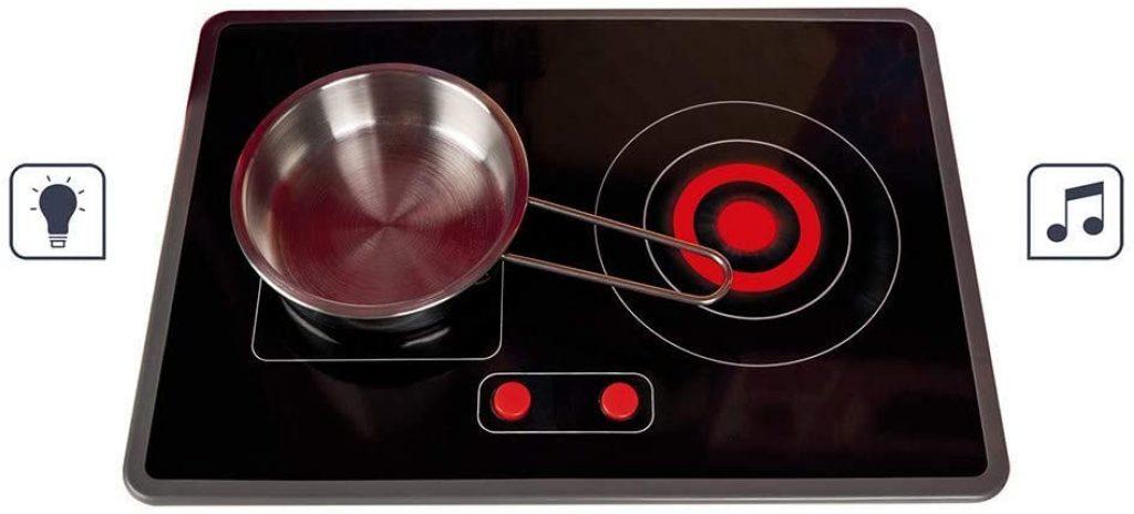 La plaque à induction de la cuisine pour enfant Cooker Reverso s'allume et fait du bruit.